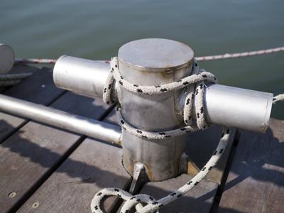 element stalowy na statki do mocowania liny