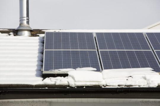 panele słoneczne w śniegu