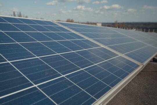 panele słoneczne na płaskim dachu